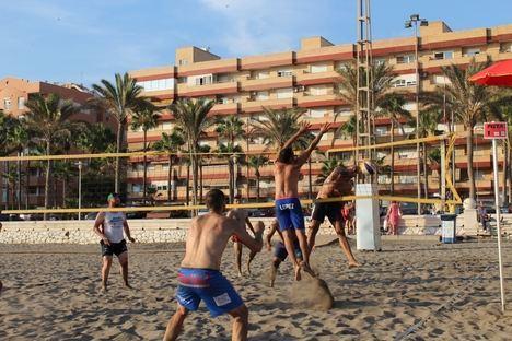 Más de 85 jugadores compiten en el primer torneo 'Mintonette Almería Voley Playa'