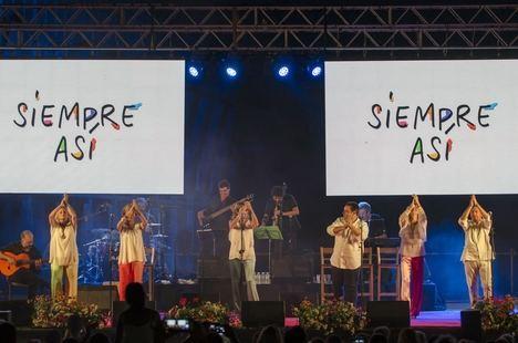 'Siempre Así' saca a bailar a los almerienses en su concierto en el Parque de las Almadrabillas