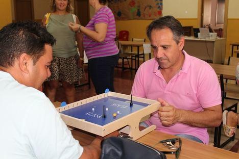Almería organiza por primera vez en España un torneo del juego de mesa danés 'Klask'