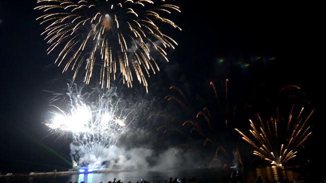 Ovación para el espectáculo de luz y sonido de los fuegos artificiales que cerraron la Feria de Almería