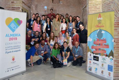 Medio centenar de influencers de gastronomía y viajes comparten el tapeo por Almería