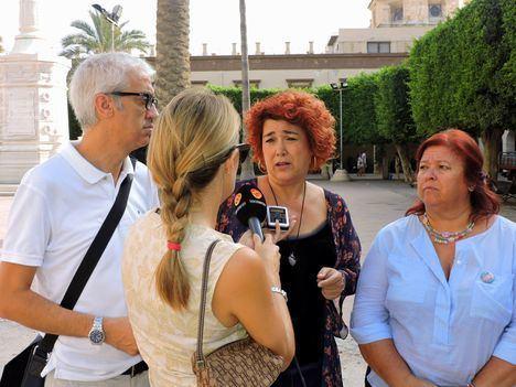 PSOE e IU denuncian que el PP deja en la calle a los profesionales que trabajan en barrios desfavorecidos