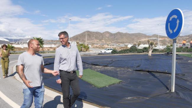 El Ayuntamiento de Adra da un nuevo aspecto a la rotonda de Cuatro Higueras