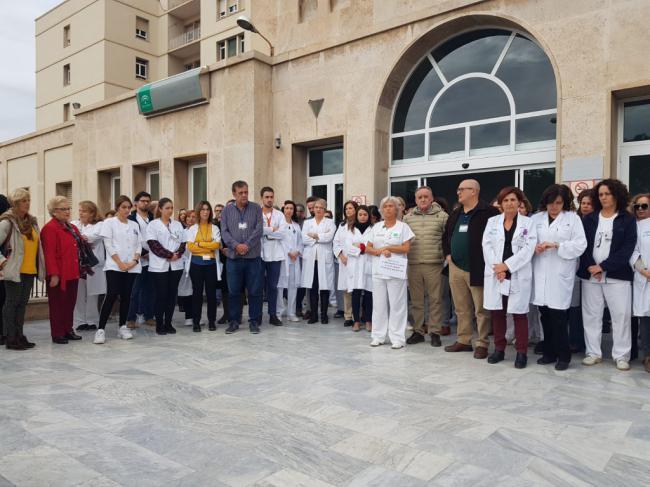 Concentración de profesionales de Torrecárdenas en apoyo a las agredidas