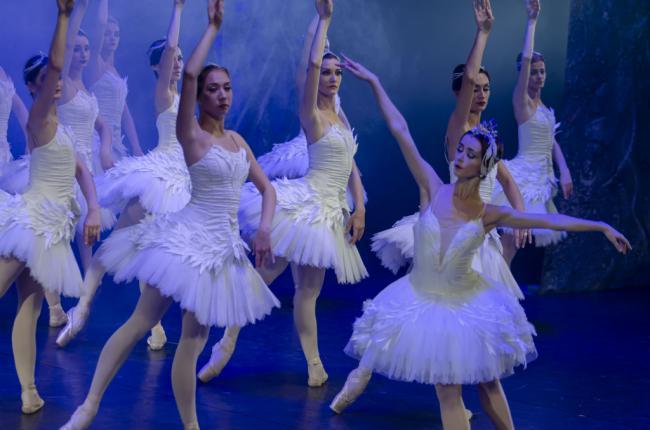 El Ballet Imperial Ruso embelesa a los almerienses con 'El lago de los cisnes'