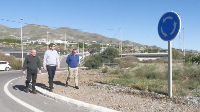 Obras de mejora y embellecimiento en el acceso de la A-7 a Adra por la zona de Guainos