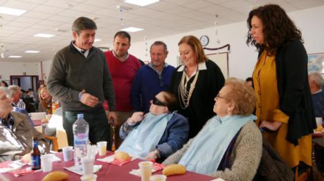 El alcalde de Adra visita la Residencia de Mayores por Navidad