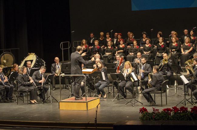 La Banda Municipal y la Coral Emilio Carrión comparten la Navidad con los almerienses