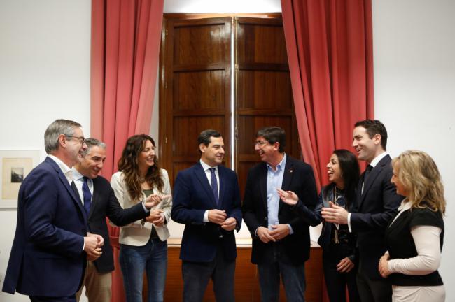 Juanma Moreno: 'Es un acuerdo positivo que despeja el camino a un gobierno de cambio tras 40 años de socialismo'