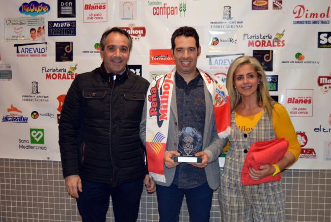 El nadador Carlos Tejada recibe el premio de la peña Milhojas al 'Mejor Deportista del Año'