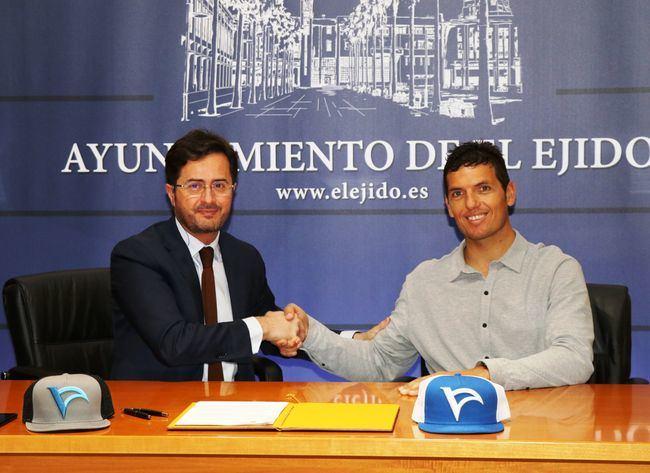 El alcalde y Víctor Fernández firman la primera prueba del Mundial de Windsurf Junior PWA 2019