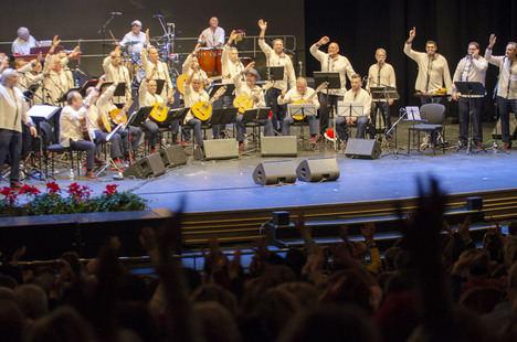 Grupo Almenara vuelve a llenar el Auditorio con su enorme musicalidad y brindando por el Año Nuevo