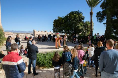 El Rey Gaspar comparte con los niños una alegre visita por la Alcazaba