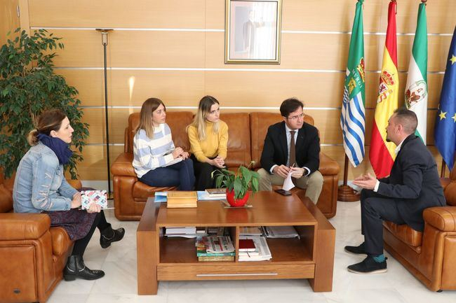 El alcalde recibe al director de 'Letrame' para conocer el sector de la autoedición