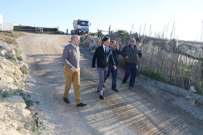 El Ayuntamiento pavimenta el camino del Cementerio de Balerma