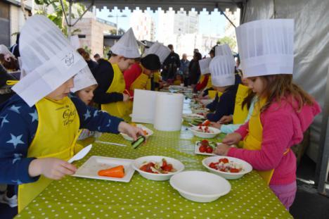 Los niños viven 'Almería 2019' con talleres de cocina, hinchables, pasacalles y música