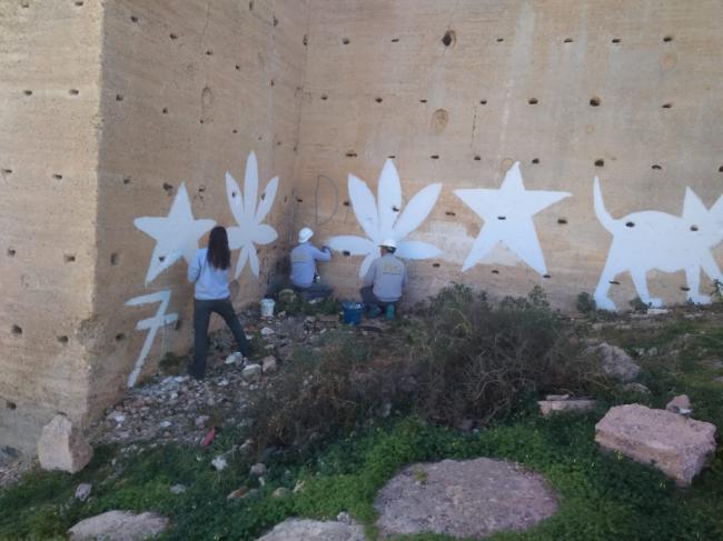 Comienza la eliminación de las pintadas de las Murallas del Cerro de San Cristóbal