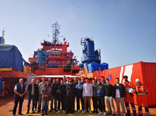 Alumnos del instituto 'Galileo' visitan el buque de Salvamento Marítimo 'Clara Campoamor'