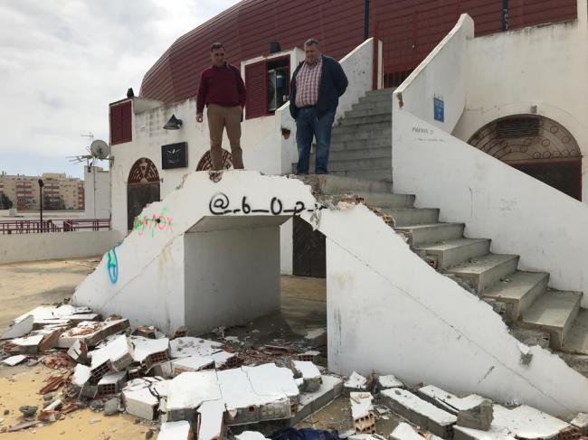 El PSOE de Roquetas critica el estado de la Plaza de Toros