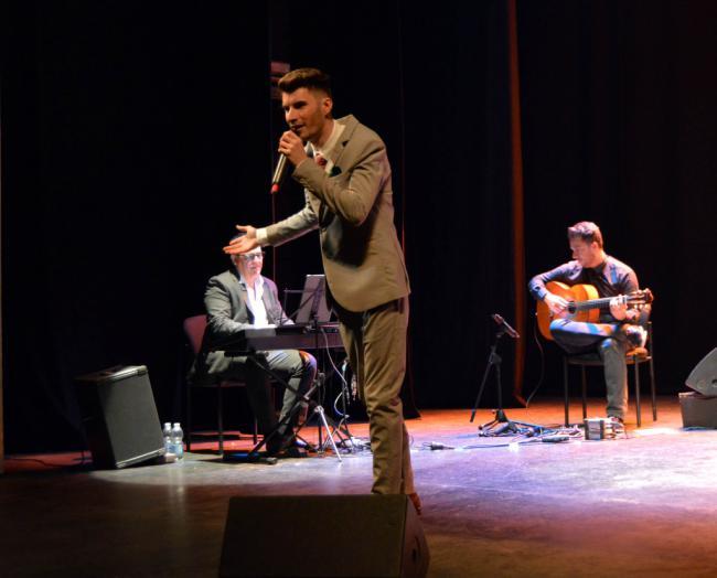 Un abarrotado Teatro Apolo recibe al artista almeriense Francisco Miralles