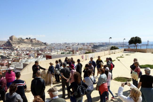 Medio centenar de turistas descubren la autenticidad de La Chanca en una visita guiada