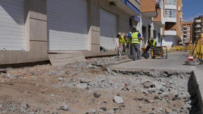 Ayuntamiento de Adra efectúa obras de ampliación de acerado en la Avenida del Mediterráneo