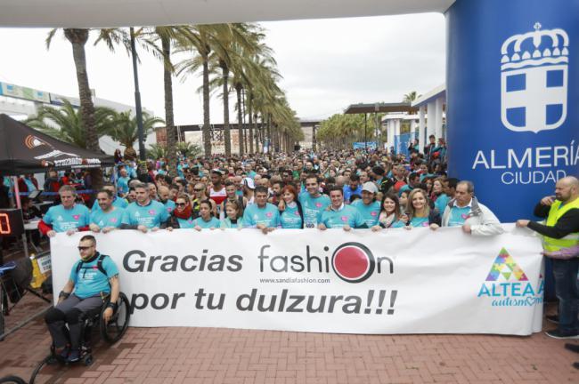 Más de 2.000 personas corren por el autismo en la 'I Runner Fashion Carrera Azul'