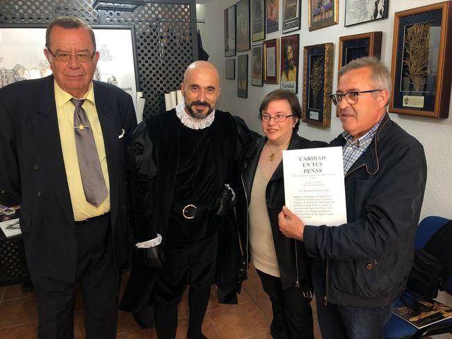Victorio y Lucchino diseñan el traje de muñidor de la Hermandad de la Caridad