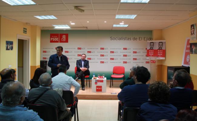 El candidato del PSOE al Senado habla de Memoria Histórica en El Ejido