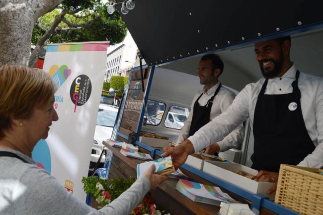 Almería 2019 anima la gastronomía con el reparto de roscos de Semana Santa