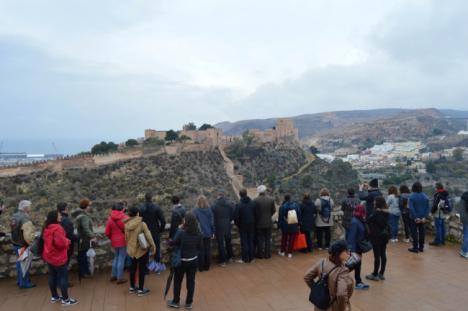 Los turistas contemplan la belleza de Almería desde el mirador del Cerro de San Cristóbal