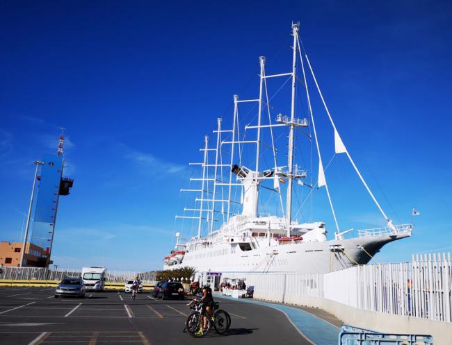 El velero Wind Surf se convierte en un atractivo para cientos de curiosos en el Puerto de Almería