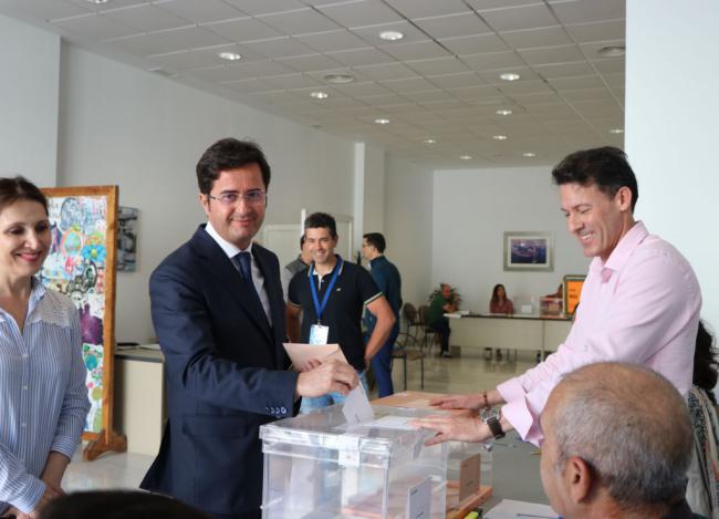 El alcalde de El Ejido vota en una de las 78 mesas