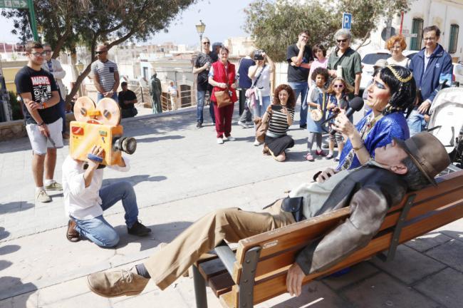 Los turistas protagonizan la visita teatralizada por una Almería de cine
