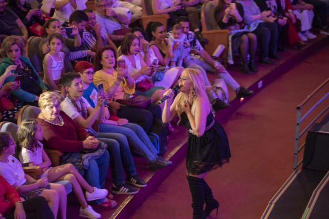 La Húngara reina por tangos y rumbas ante un público entregado a sus canciones
