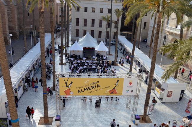 La 40ª Feria del Libro de Almería se consolida en la Plaza de la Catedral