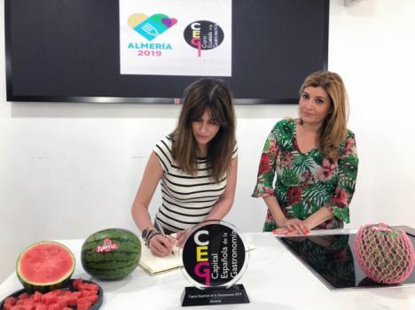 La embajadora de Almería 2019, Isabel Jiménez, visita la sede de la Capitalidad