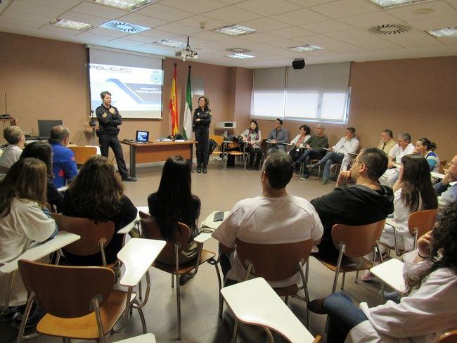 El Hospital de El Toyo acoge un taller para prevención de agresiones