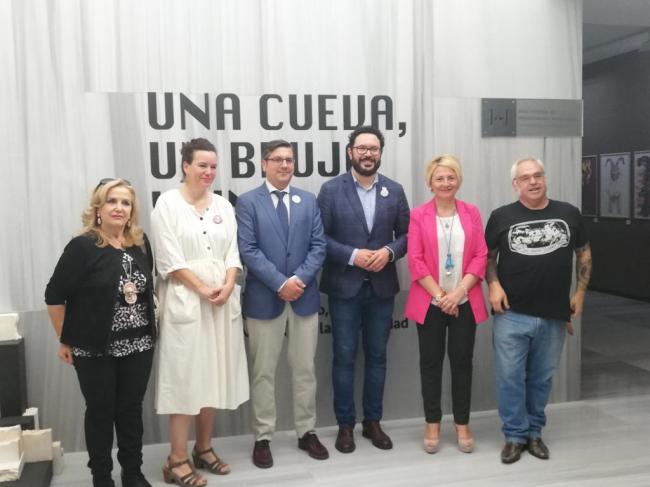 """El Museo de Almería acoge la exposición """"Una cueva, un brujo y un letrero"""""""
