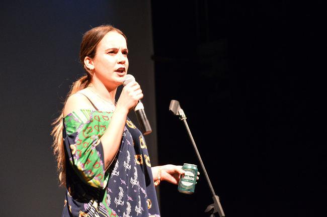 Martita de Graná convence en su paso de la pantalla del móvil a los escenarios
