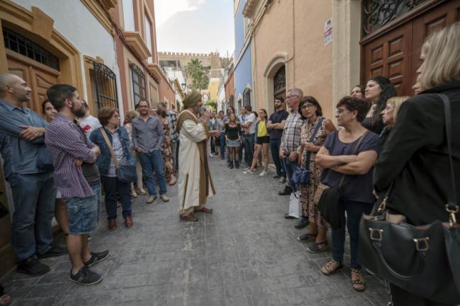 Más de 120 turistas conocen Almería a través de una visita teatralizada