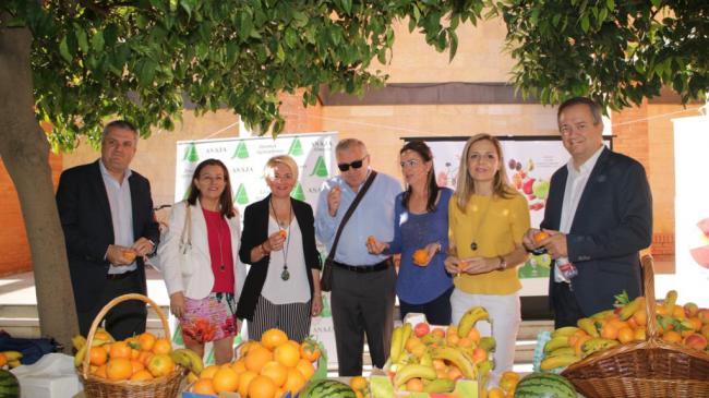 Desayuno de promoción del consumo de fruta entre los profesionales de la Junta