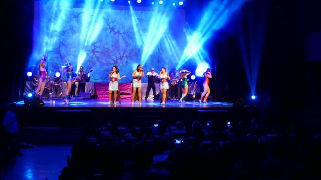 Cientos de personas se mueven al ritmo de Boney M en el Centro Cultural de Adra