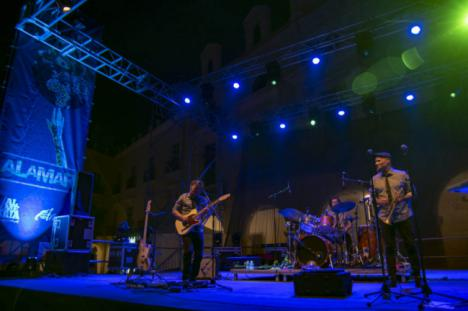 La alegría y el ritmo de 'Los 300' hacen bailar al público de Alamar