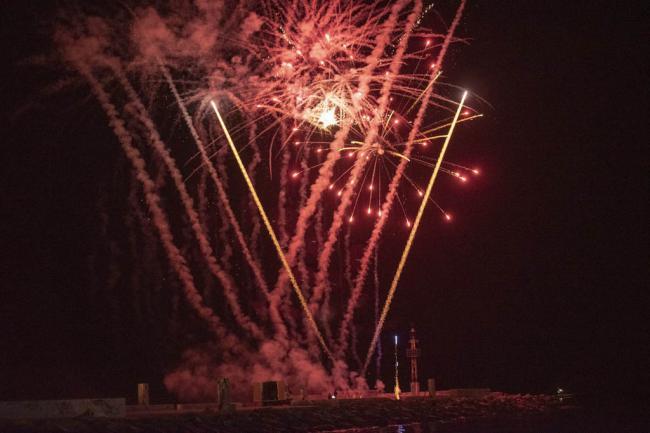 Los fuegos artificiales brillan en las playas de Almería en la Noche de San Juan