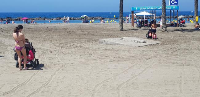 El PSOE lamenta que no estén las pasarelas para personas con discapacidad en la playa
