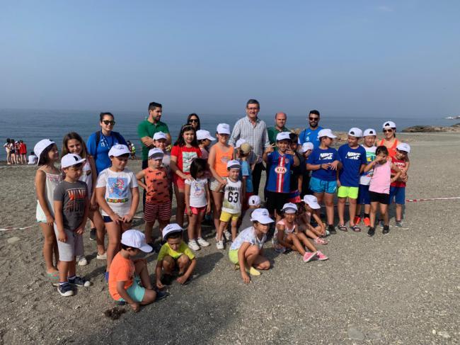 Casi un centenar de menores en una actividad medioambiental en la playa Sirena Loca