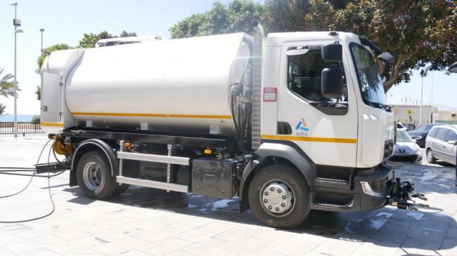Cortés presenta un nuevo camión de baldeo para Adra