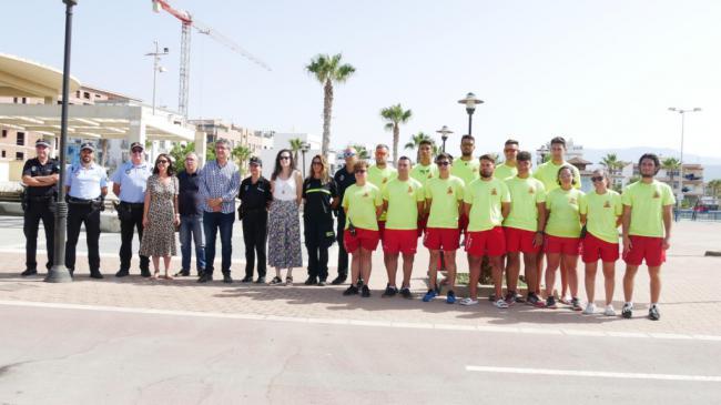 Una treintena de profesionales velan por la seguridad de los bañistas en Adra
