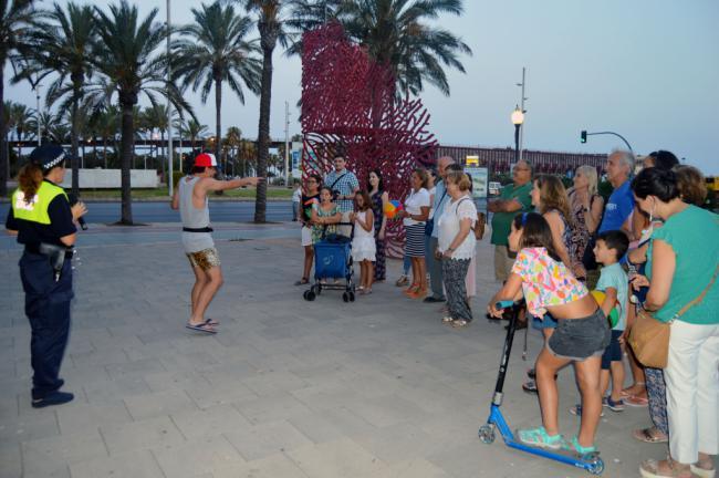 Los turistas se pasean, juegan y bailan en una ciudad donde sí hay playa